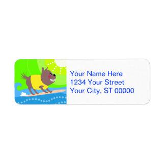 Perro que practica surf etiquetas de remite