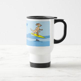 Perro que practica surf y ondas del dibujo animado tazas de café