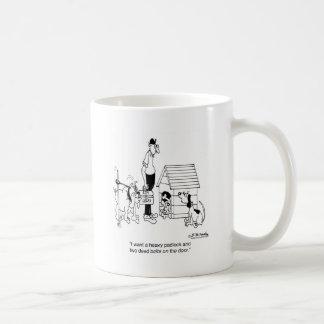 Perro que protege su candado de los huesos w/a taza de café