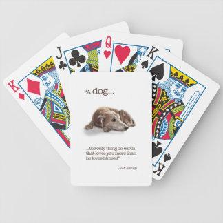 Perro que soña despierto barajas de cartas