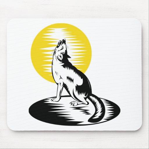 perro salvaje del zorro que grita en la luna alfombrillas de ratón