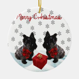 Perro y copos de nieve del escocés de las Felices Adorno Navideño Redondo De Cerámica
