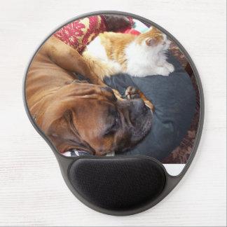 Perro y gato del boxeador que viven en armonía alfombrilla gel