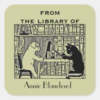 Perro y gato en la biblioteca pegatina cuadrada