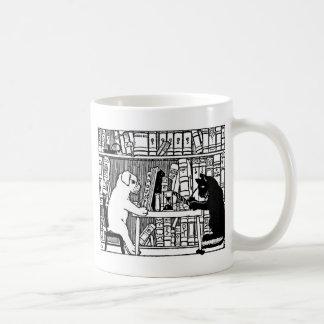 Perro y gato en la biblioteca taza