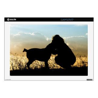 Perro y mujer en puesta del sol calcomanías para 43,2cm portátiles