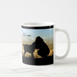 Perro y mujer en puesta del sol taza clásica