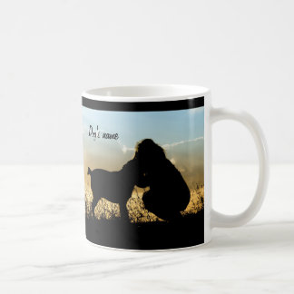 Perro y mujer en puesta del sol taza de café