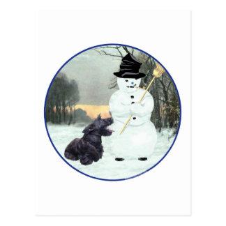 Perro y muñeco de nieve del escocés postal