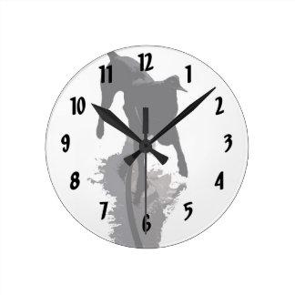 perro y sombra posterized relojes de pared