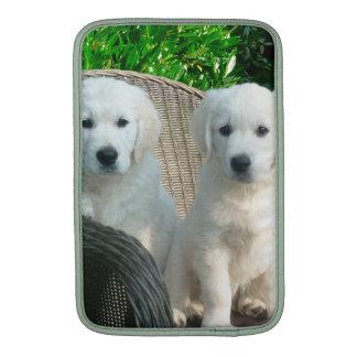Perros blancos del golden retriever que se sientan fundas macbook air