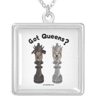 Perros conseguidos del ajedrez del Queens Collar Plateado