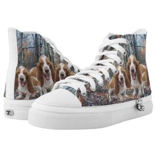Perros de afloramiento de risa en las maderas zapatillas