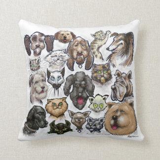 Perros de los gatos n almohadas