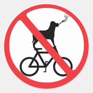 Perros de no fumadores en las bicis pegatina redonda