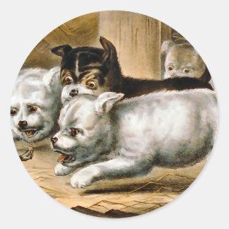 Perros de Terrier que persiguen una rata Pegatina Redonda