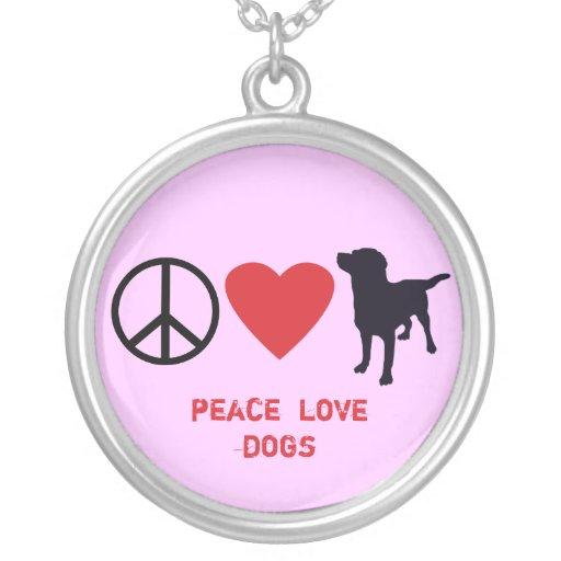 Perros del amor de la paz pendiente