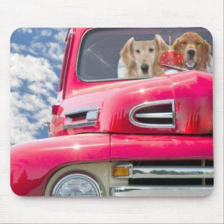 Perros en el camión del vintage mousepad