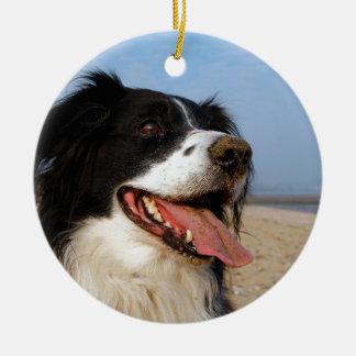 Perros felices en la playa adorno navideño redondo de cerámica