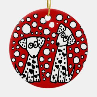 Perros manchados divertidos con los corazones adorno navideño redondo de cerámica