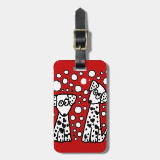 Perros manchados divertidos con los corazones etiquetas maleta