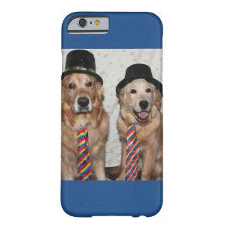 Perros perdigueros de oro que llevan los gorras y funda de iPhone 6 barely there