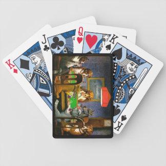 Perros que juegan el póker un amigo en necesidad barajas de cartas