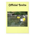 Perros que nadan los chalecos salvavidas invitación 12,7 x 17,8 cm
