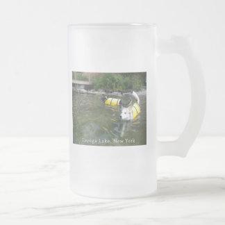 Perros que nadan los chalecos salvavidas jarra de cerveza esmerilada
