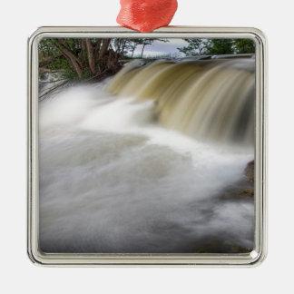Persecución de las cascadas adorno navideño cuadrado de metal
