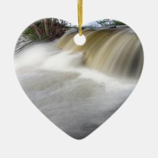 Persecución de las cascadas adorno navideño de cerámica en forma de corazón