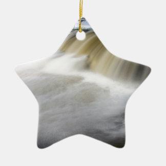 Persecución de las cascadas adorno navideño de cerámica en forma de estrella