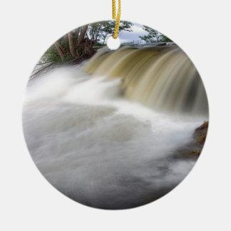 Persecución de las cascadas adorno navideño redondo de cerámica