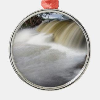 Persecución de las cascadas adorno navideño redondo de metal