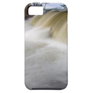 Persecución de las cascadas iPhone 5 Case-Mate coberturas