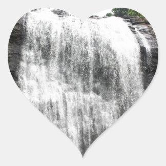 Persecución de las cascadas pegatina corazón