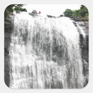 Persecución de las cascadas pegatina cuadradas