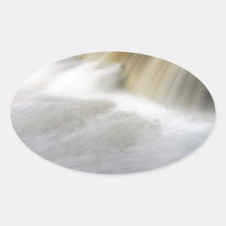 Persecución de las cascadas calcomanías ovales personalizadas