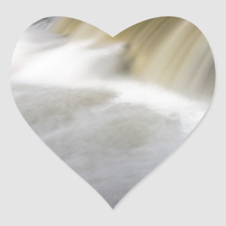 Persecución de las cascadas pegatina en forma de corazón