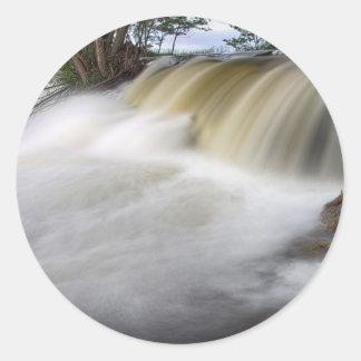 Persecución de las cascadas pegatina redonda