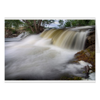 Persecución de las cascadas tarjeta de felicitación