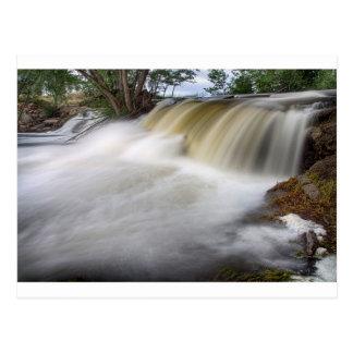 Persecución de las cascadas tarjeta postal