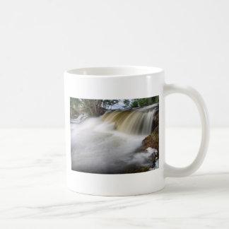 Persecución de las cascadas tazas de café