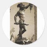 Perseus con el jefe de la medusa pegatinas redondas