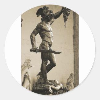 Perseus con el jefe de la medusa pegatina redonda
