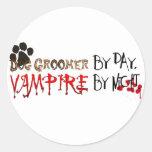 Persiga al Groomer por día, vampiro por noche Etiquetas Redondas