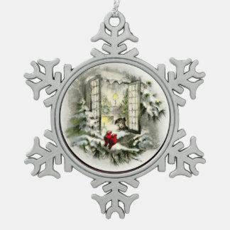 Persiga en pájaros rojos de una ventana dos adorno de peltre en forma de copo de nieve