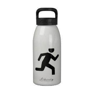 Persona corriente botellas de agua reutilizables