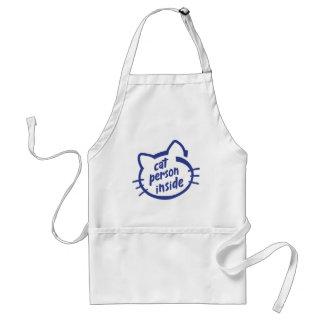 Persona del gato dentro delantal