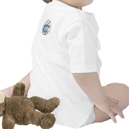 Persona desde enredadera del concepto trajes de bebé